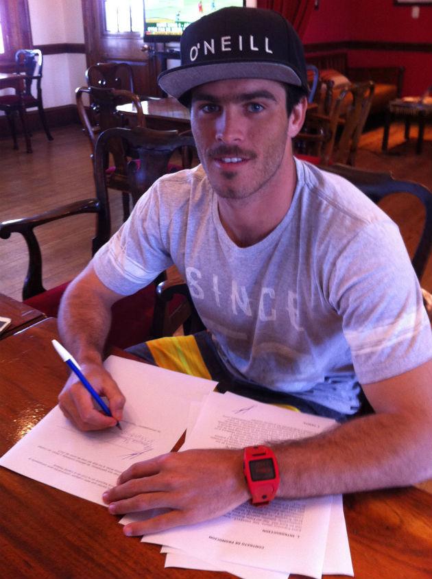 Frankie firmando el contrato