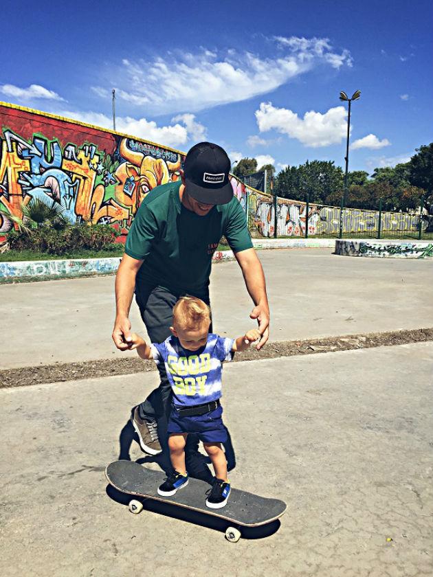 Galo andando en skate en Mataderos
