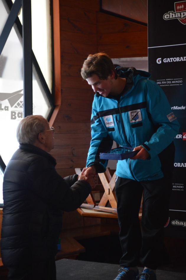 Tomas Rivara campeon argentino Junior de SMA recibe Trofeo de manos de  Americo Astete pionero de CHapelco
