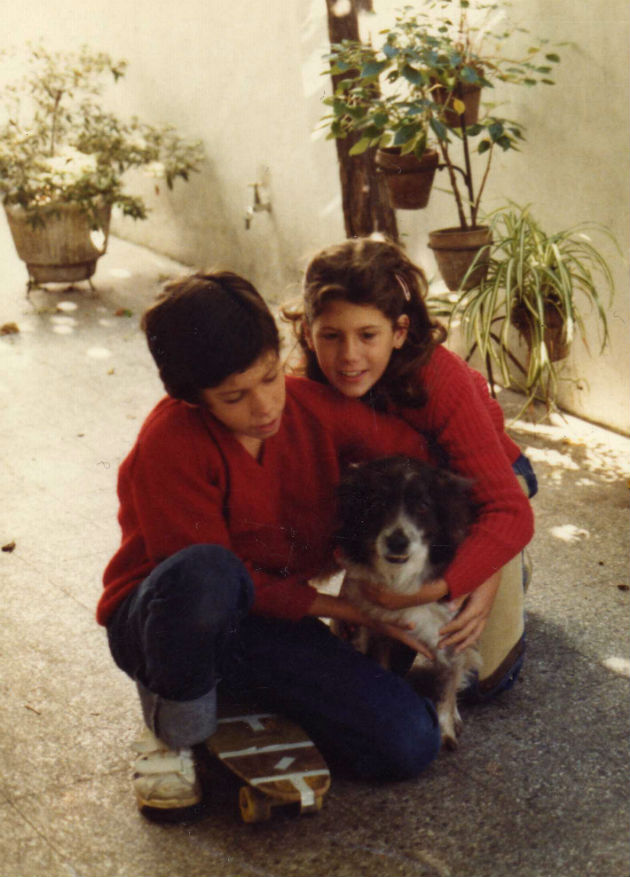 con mi hermana Sissi Colita y mi skate 1982