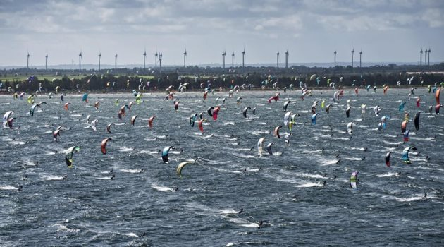 red-bull-coast-2-coast-2015-kiteboarding-marathon-race-competitors-in-action